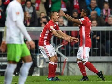 Douglas Costa celebrando su gol frente al Wolfsburgo