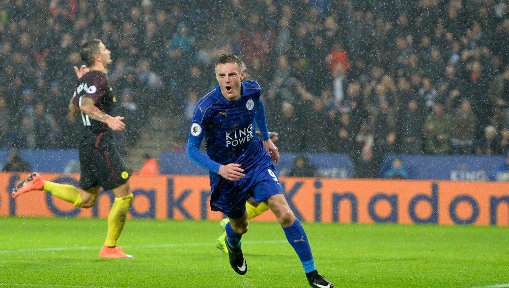 Vardy celebrando uno de sus goles al Manchester City