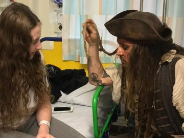 Jack Sparrow junto a una niña del hospital infantil London's Great Ormond Street