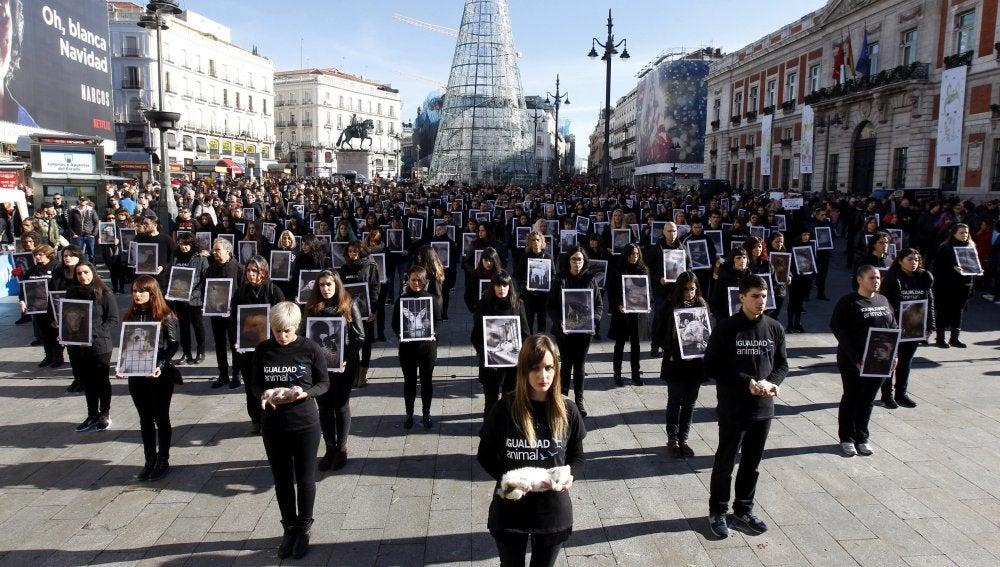 Activistas de la organización internacional Igualdad Animal durante la manifestación que han protagonizado en la madrileña Puerta del Sol con motivo del Día internacional de los derechos animales