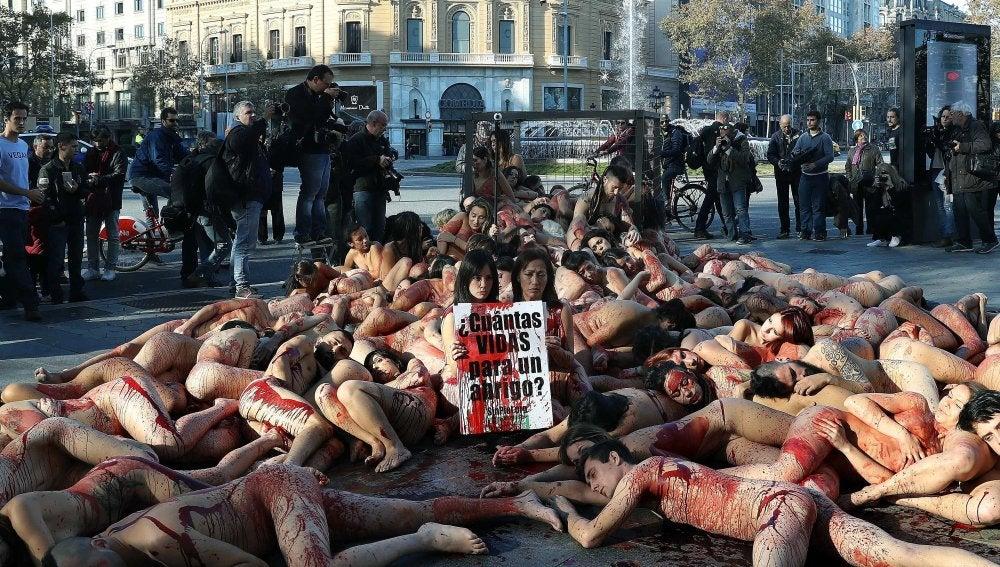 alrededor de un centenar de personas de todas partes de España, así como de otros países, se han dado cita hoy en el Paseo de Gracia de Barcelona para desafiar las bajas temperaturas del invierno y desnudarse en protesta contra el uso de pieles de animales