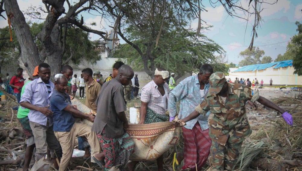 Un grupo de hombres traslada a uno de los muertos en el atentado