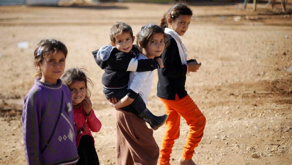 Varios niños en un campo de refugiados