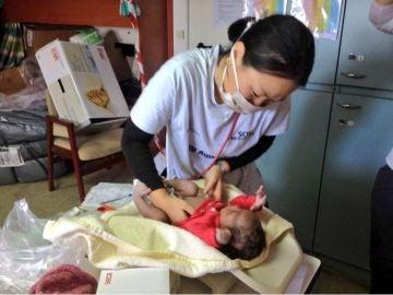 Una médico de Médicos Sin Fronteras cuida de Favour