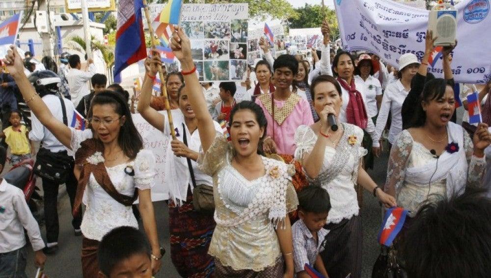 Mujeres camboyanas gritan consignas durante una marcha pacífica en Phnom Penh (Camboya) para celebrar el Día Internacional de la Mujer