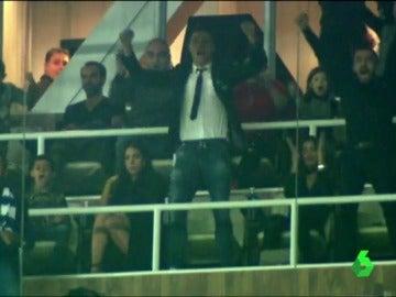 Cristiano celebra en el palco un gol del Real Madrid