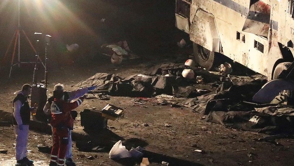Investigadores junto al lugar del ataque en Estambul