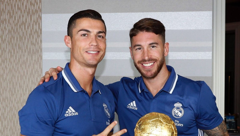 Cristiano Ronaldo y Sergio Ramos posan con la tarta del Balón de Oro