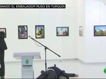 Frame 12.332307 de: El embajador ruso en Turquía, asesinado a tiros en la inauguración de una exposición