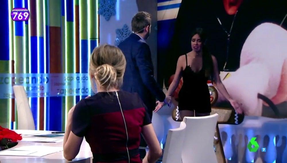 "Frame 26.601223 de: Cristina Pedroche abandona el plató de Zapeando después de un gran susto: ""¡Joder,  iros a la mierda!"""