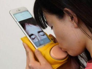 Un nuevo gadget que permite besar a través de videollamadas