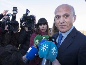 José María del Nido atiende a los medios de comunicación