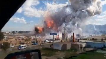 Frame 0.0 de: Al menos 36 muertos por varias explosiones en cadena en un mercado de pirotecnia de México
