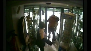 Captura del momento en el que el joven huye con el cordón de oro