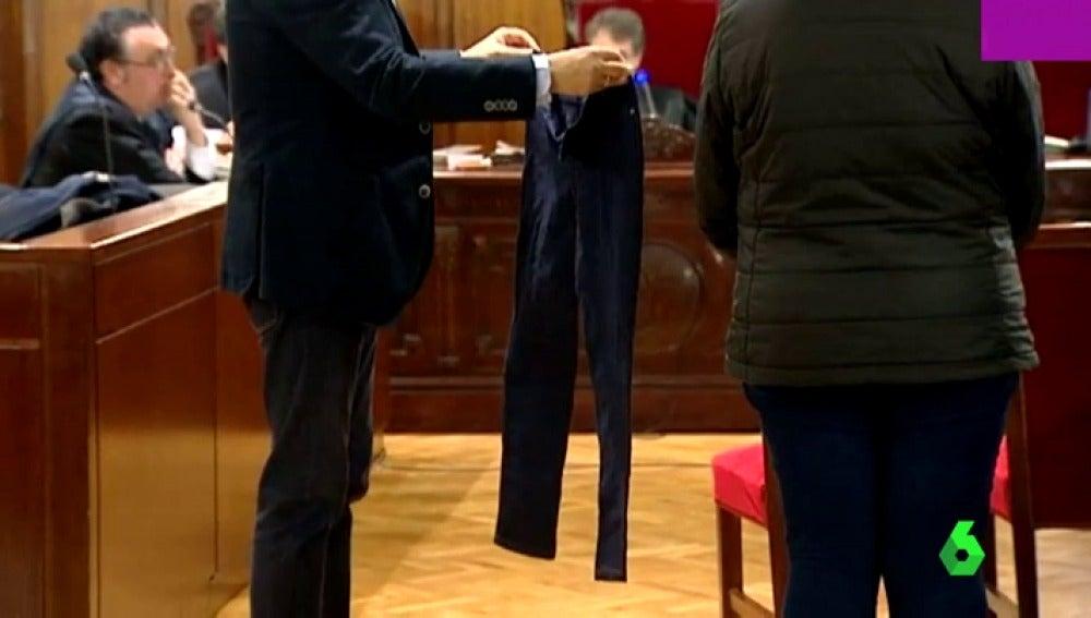 Los pantalones quemados de la víctima mostrados durante el juicio