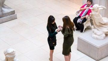 La reacción de una señora al ver a una mujer proponerle matrimonio a su novia