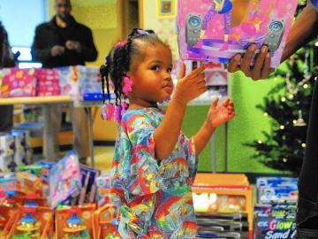 Una de las niñas ingresadas recibe un regalo de Jessie