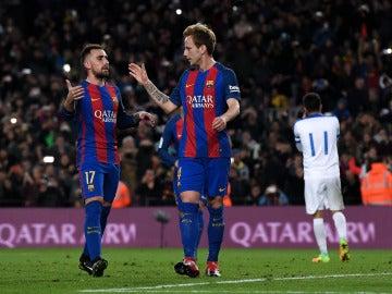 Rakitic celebra su gol de penalti contra el Hércules con Alcácer