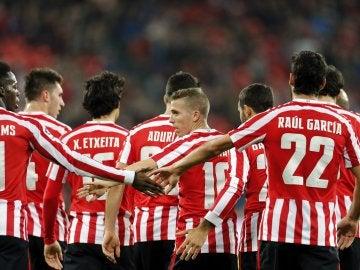 Los jugadores del Athletic celebran uno de los goles contra el Racing