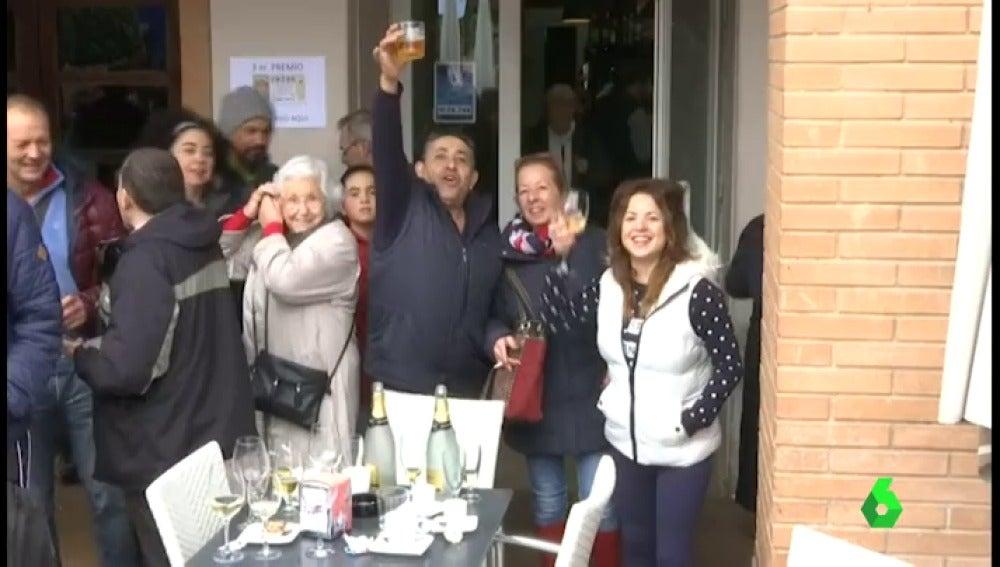Frame 0.0 de: Muchos de los 6.000 habitantes de la localidad navarra de San Adrián, agraciados con los 50.000 euros del tercer premio