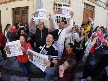 Los vecinos de Pinos Puente, Granada, celebran la lluvia de millones