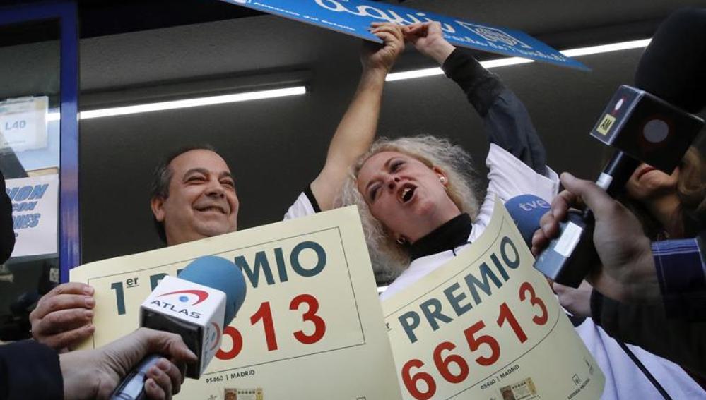 Dos ganadores celebran el primer premio de Lotería de Navidad