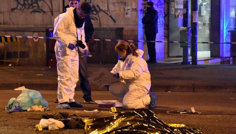 Expertos forenses trabajan junto al cuerpo sin vida del tunecino de 24 años sospechoso de cometer el atentado de Berlín