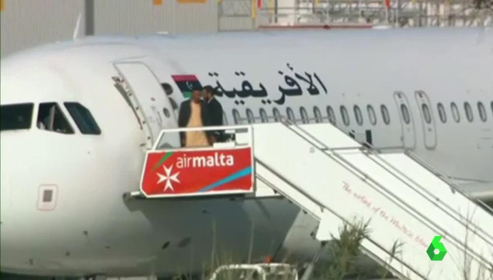 Los primeros liberados abandonan el avión libio secuestrado en Malta