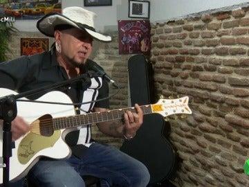 """Frame 22.329795 de: Carlos Segarra, sobre las novatadas en la mili: """"Te encerraban en una taquilla y tenías que cantar. Me libré por la guitarra"""""""