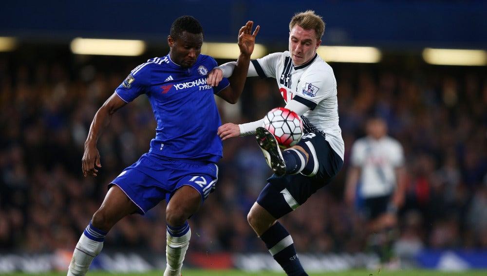 John Obi Mikel, a la izquierda, en un partido con el Chelsea