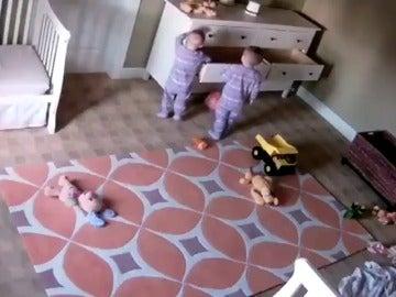 Un niño de dos años salva a su hermano gemelo tras caerle encima una cómoda