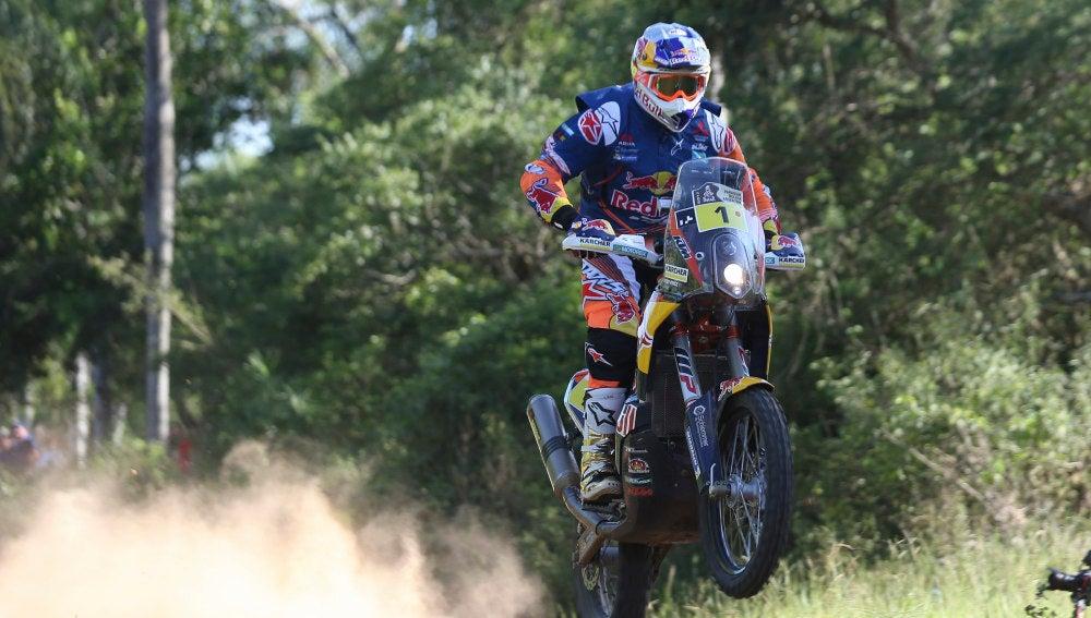 Toby Price conduce su moto durante la disputa del Rally Dakar