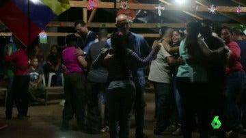 Frame 0.355664 de: Polémico baile de enviados de la ONU con guerrilleras de las FARC