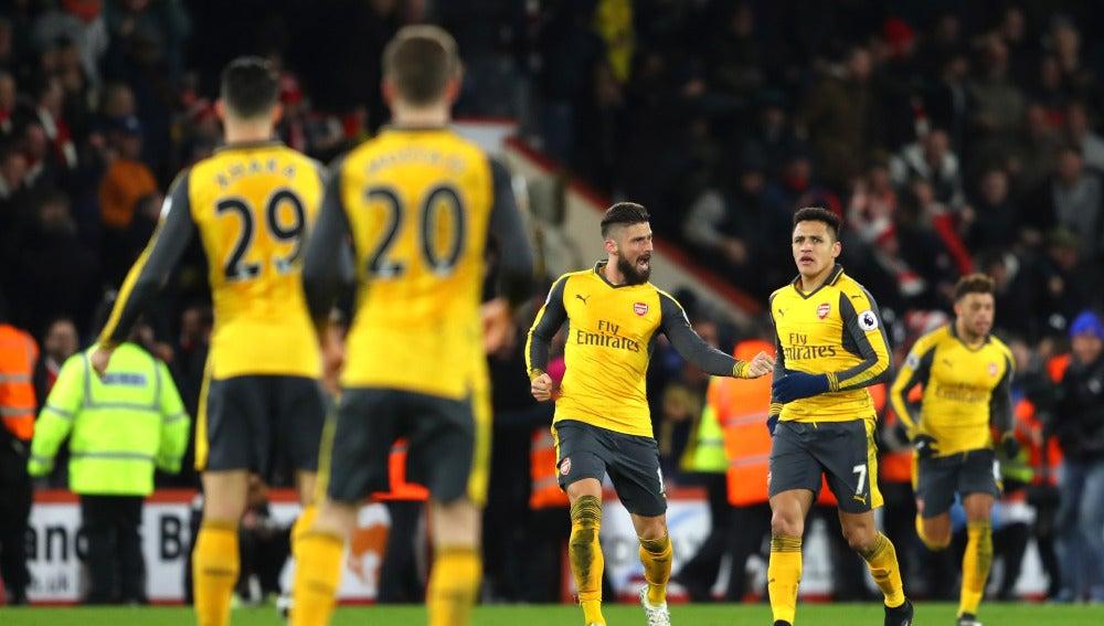 Giroud celebrando uno de los goles del Arsenal