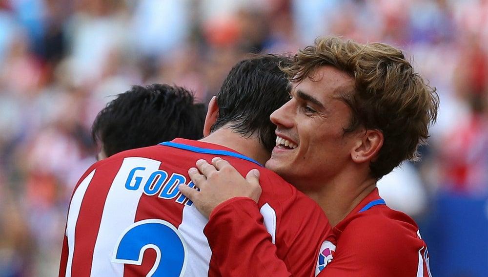 Godín se abraza a Griezmann