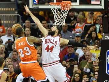 Mirotic trata de taponar a LeBron James