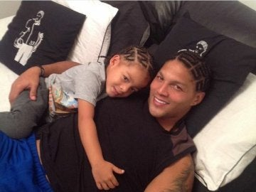 Juan Manaure posando junto a su hijo