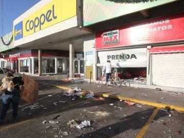 Un comercio vandalizado por manifestantes, en el municipio de Tultitlán