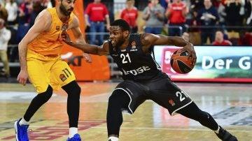 Navarro disputando un balón frente a Darius Miller