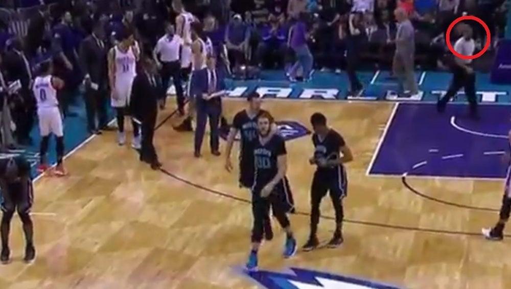 El balonazo de Westbrook al árbitro