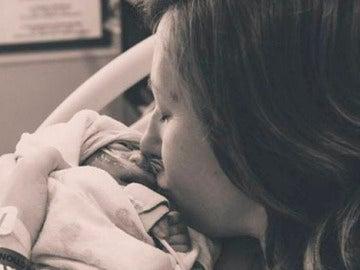 Abbey con su hija recién nacida