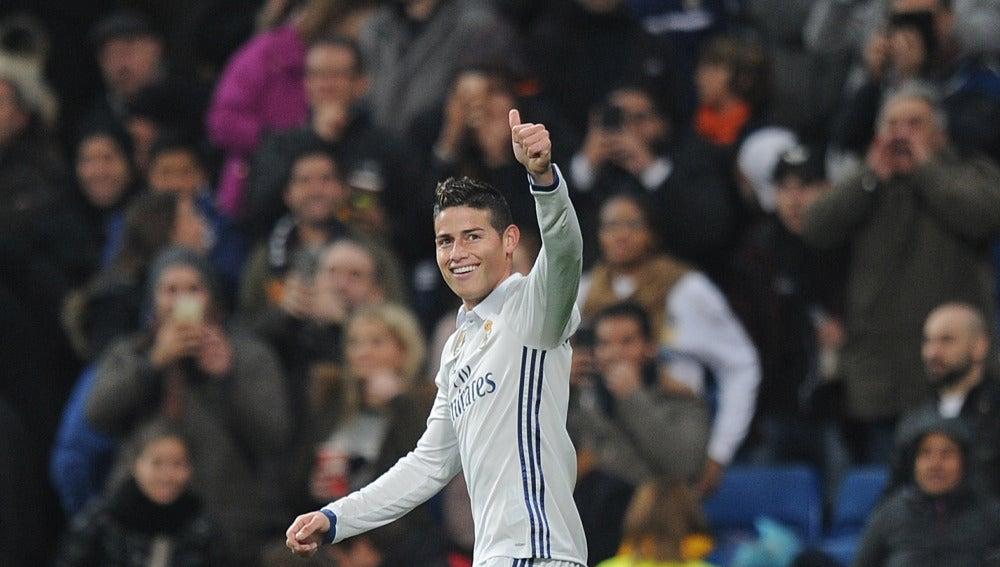 James Rodríguez sonríe en el partido con el Real Madrid