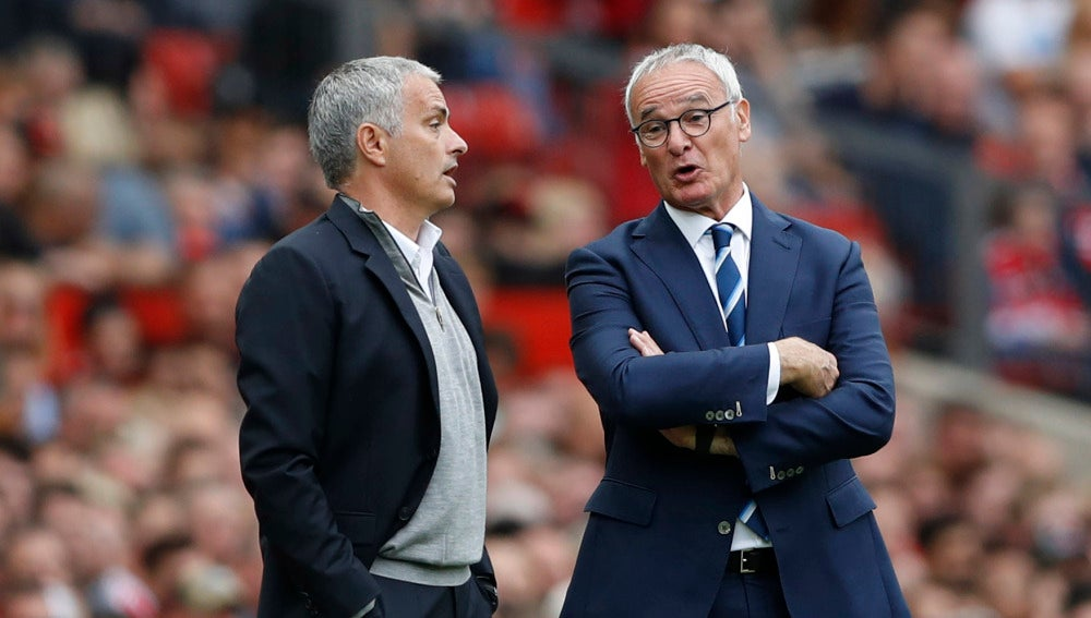 Mourinho charla con Ranieri en un partido de la Premier