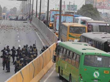 Cientos de vecinos y transportistas bloquearon hoy de forma violenta un tramo de la carretera Panamericana Norte de Lima y destruyeron las garitas de control en protesta por el alza de peajes en esa zona de la capital peruana