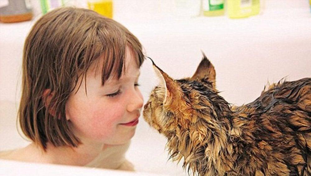 La pequeña Iris, que padece autismo, y su gato Thula