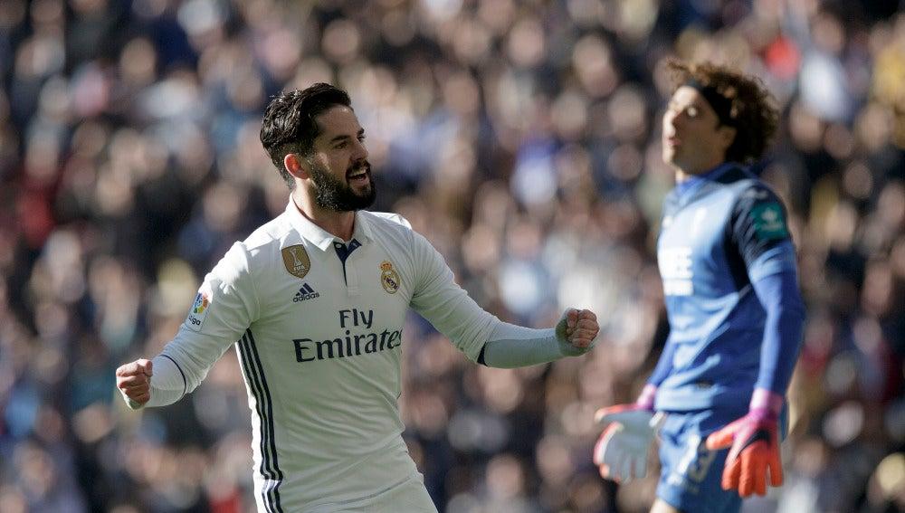 Isco celebra uno de sus goles ante el Granada