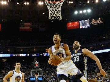 Curry entra a canasta perseguido por Marc Gasol