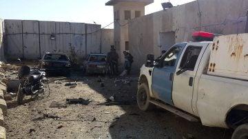Varios policías comprueban los daños ocasionados en una comisaría en Samarra (Irak) tras un atentado con coche bomba el pasado 3 de enero