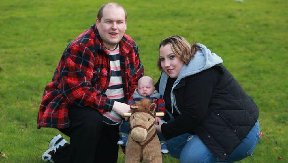 Cristal y Terry con su 'bebé reborn'