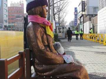 Estatua de una esclava sexual puesta frente al consulado japonés en Busán, Corea del Sur, que homenajea a las mujeres coreanas forzadas a la esclavitud sexual
